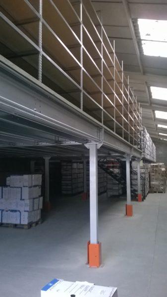 plateforme de stockage industriel en entrepôt
